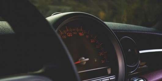 При якій максимальній швидкості розгону автомобіля з 0-100 км/год може вижити водій