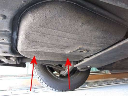 Чому деякі автомобілі мають паливний бак праворуч, а інші зліва