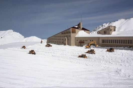 Як японські дорожні служби прибирають сніг на горі Татэяма