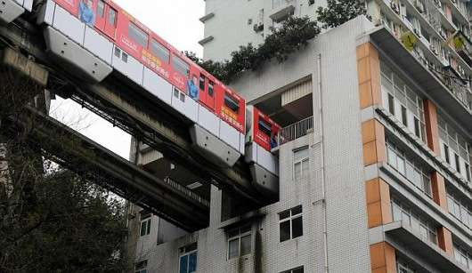 У Китаї проклали залізничні колії крізь житловий будинок