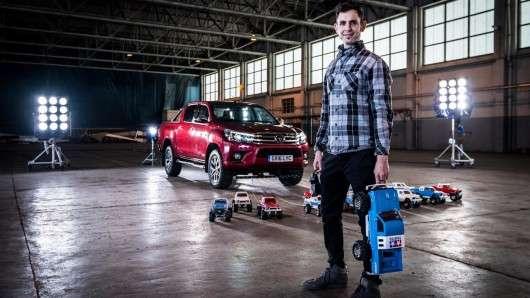 Скільки радіокерованих іграшкових машин потрібно щоб відбуксирувати Toyota Hilux? | Відео