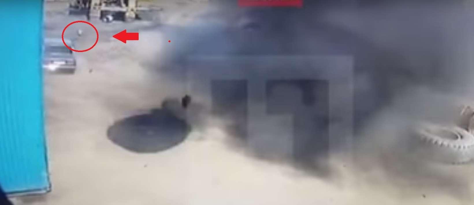 Дивіться як колесо від БеЛаза знищило Toyota Corolla