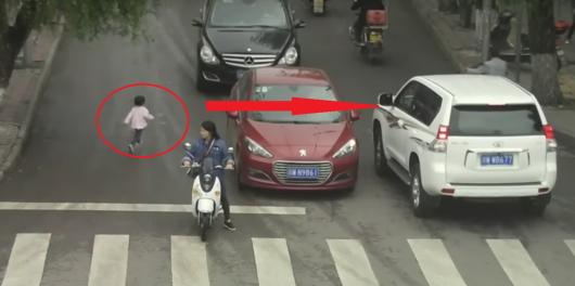 Дитина дивом вижив під колесами позашляховиків